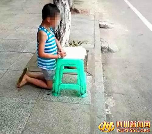 文文被母亲打后,被罚跪在大巷上写功课。