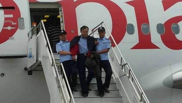 2015年7月25日,埃塞俄比亚航空ET684航班降落在上海浦东国际机场,钱增德被带出舱门。 资料图