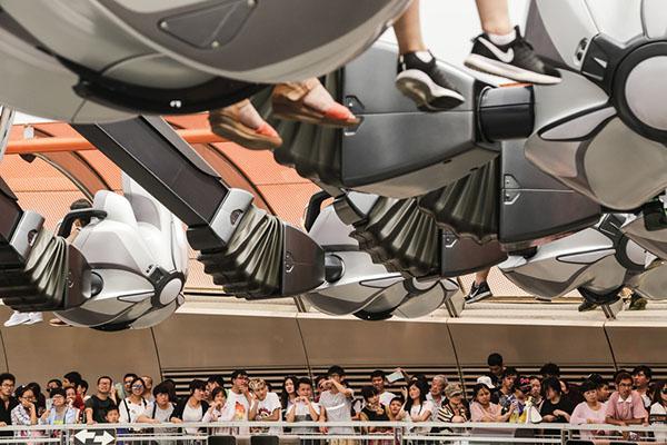 2016年6月18日,上海迪士尼乐园,等待乘坐喷气背包飞行器的游客们正在排队。 贾茹 澎湃资料图