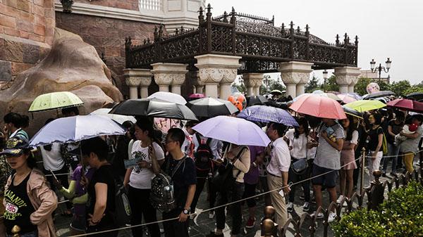 上海迪士尼乐园的一些热门项目,排队时间大都在一小时以上。 贾茹 澎湃资料图