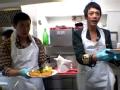 《花样男团片花》未播 陆毅信变身小学厨 细心学习油炸猪排
