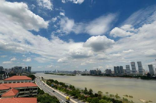 图说:2015年6月24日,湖南省气候台公布2015年首个高温预警。新华社发