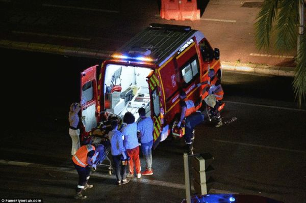 受伤的幸存者将被救护车送往附近医院救接受治疗