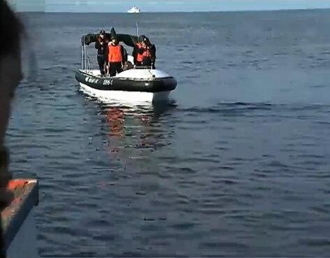 菲船欲重返黄岩岛 被中国海警船拦住