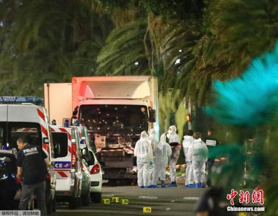 本地时刻7月14日晚间,法国南部都会尼斯发作货车抵触人群事情,形成严轻伤亡。