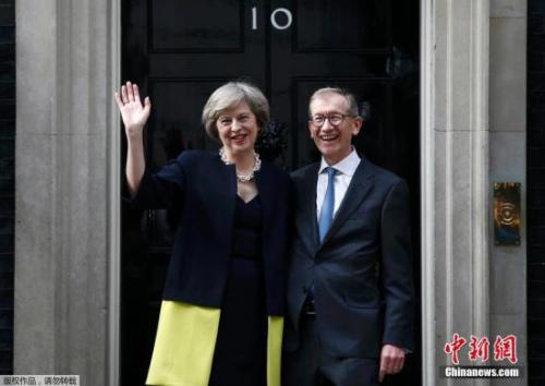 """她说,""""我们将克服挑战。就在我们脱离欧盟之时,我们将在全球确立一大胆而积极的新角色。而我们也将使英国成为一个为全民谋取福利的国家。"""""""