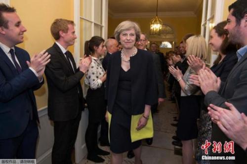 """特雷莎・梅一上任就面对一个很大挑战,即领导英国的""""脱欧""""进程。欧盟方面已经再三催促英国就脱欧决定向欧盟发出正式通知,尽快启动脱欧程序,这使英国新内阁还没正式运作已承受很大的压力。"""