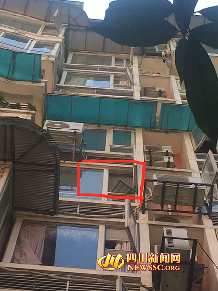 事发飘窗窗户并未装置防护网,窗户开着。 四川美色诱惑 网 图