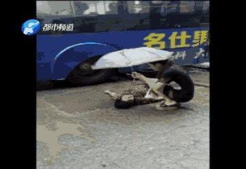 一名40多岁的密斯从郑州市西三环高架桥掉下,不省人事。一名路过那边的女报酬其施行抢救办法。 @郑州公民病院 图