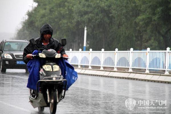 16日,山东威海迎来降雨。