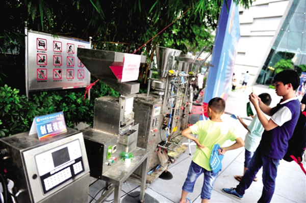 广州市公安局向市民宣扬遍及食物药品平安知识和识假辨假办法。图为制作假药的机械。 新快报图