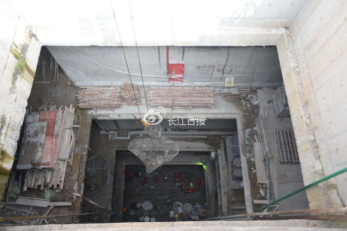 工人在抢修长江日报记者周超摄