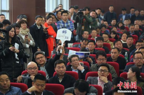 材料图:来自天下各地的数十家房企齐聚南京,加入南京市国有缔造用地运用权公布出让现场会,对出让的六块地盘停止竞拍。 中新社记者 泱波 摄