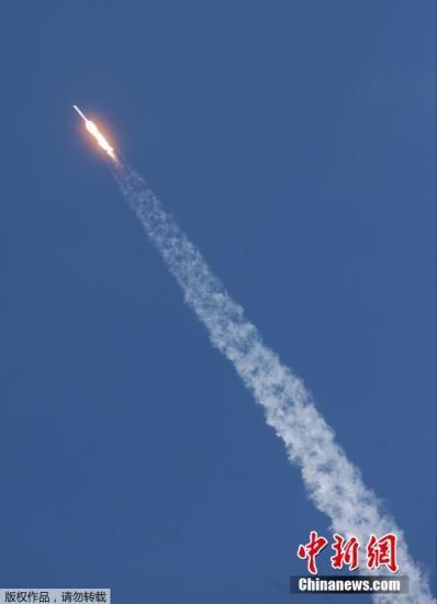 """材料图:本地时刻4月8日,美国佛罗里达州,美百姓营太空探求科技公司SpaceX的猎鹰9号运载火箭,载""""飞龙号""""Dragon无人太空货船,自卡纳维尔角发射升空。"""