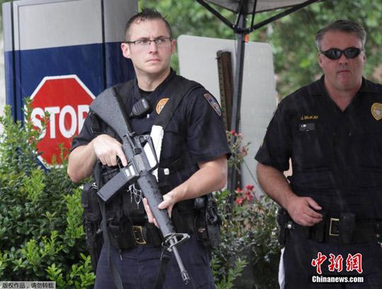 股票配资 时刻7月17日,美国路易斯安那州首府巴吞鲁日发作枪击事情,形成3名差人殒命、数人受伤。警方封闭枪击所在左近路线并停止巡查和搜寻。枪击所在离巴吞鲁日差人局总部很近。