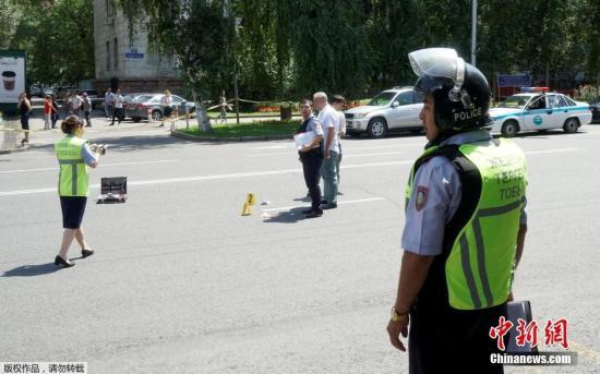 据目击者向媒体称,地区内务部门大楼附近的市场有人听到枪声。目击者还表示,事发地附近楼房里的工作人员不得走出办公室。