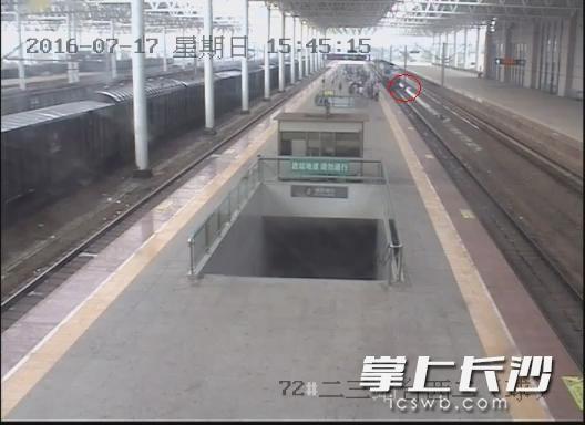 男子被推下站台瞬间。 视频截图