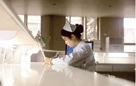 在同事眼中她工作细心、热情开朗。