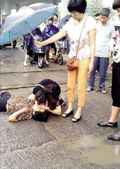 张鑫娜跪地救人的场景