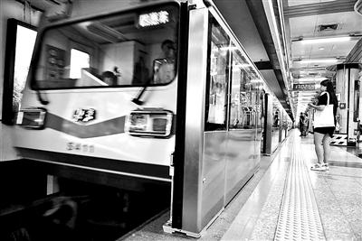 地铁1号线站台门装置在永安里站睁开 拍照/本报记者 黄亮