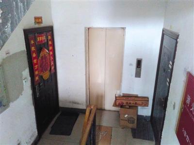 """位于大兴区某小区的""""灭门案""""案发房屋(右)房门紧锁,长期空置。刘思维 摄"""