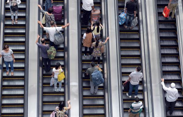 北京西站,旅客乘电梯到二层候车厅候车。 视觉中国 资料