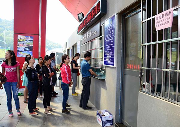 图为景区内售票处排队购票的游客。