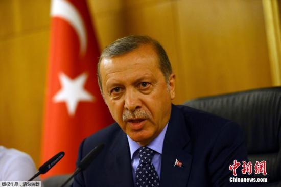 本地时刻7月15日,土耳其都城安卡拉发作军事政变。正在土耳其东北部休假的土耳其总统赶回伊斯坦布尔发扮演讲,称动员政变者将支出沉重价格。
