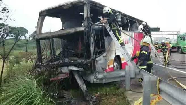 国际在线音讯:据台湾媒体报导,7月19日午时12时57分,一辆行驶中旅游车忽然起火,车上26人全副遭灾。