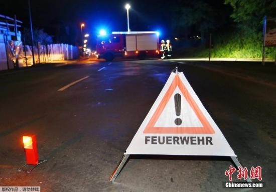 7月18日更阑,在德国南部巴伐利亚州的维尔茨堡市左近,一位女子在一列火车上持斧头砍伤21人。警方音讯称,21人被砍伤,3人伤势较重危及性命。警方在相持步履中出动直升飞机,已将该名阿富汗籍女子击毙。