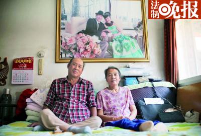 杨玉芳和高志宏佳耦坐在床上,死后墙上挂着他们的合影,房间虽狭窄粗陋却充满着爱意