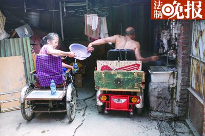 杨玉芳预备在院里放水擦身,老婆也过去帮助。对截瘫者来讲,擦身或沐浴,都要在轮椅上停止