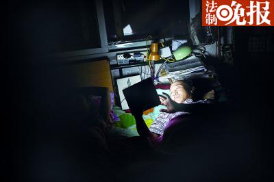 早晨,杨玉芳收摊后躺在床上在晦暗的灯火下用平板计算机完结写作