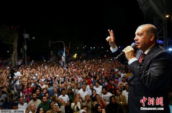 土耳其总理耶尔德勒姆18日说,7543人已经因涉嫌参与未遂政变被拘留或逮捕,包括100名警察、6038名军人、755名法官和检察官以及650名平民。