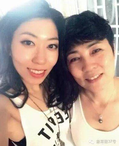 曲婉婷与母亲张明杰(右)。 材料图像