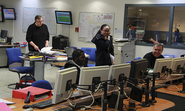 同步辐射核心运转操控室里的科学家来自多个国度。