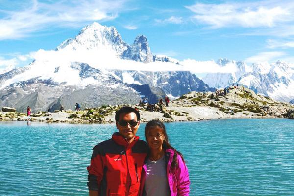 陈朝宇佳耦在阿尔卑斯山休假。