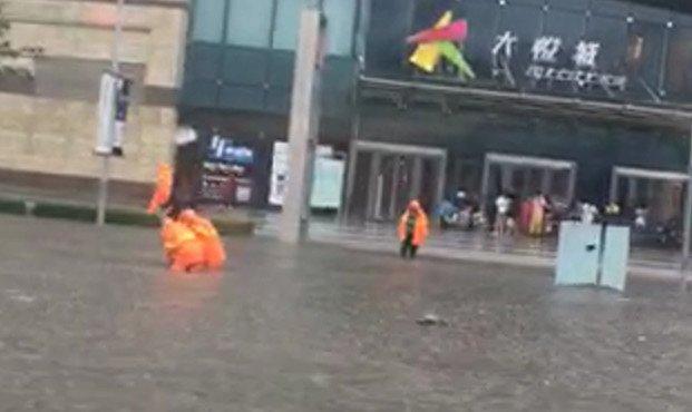 网传北京西单大悦城门前积水重大,此图像为天津大悦城。