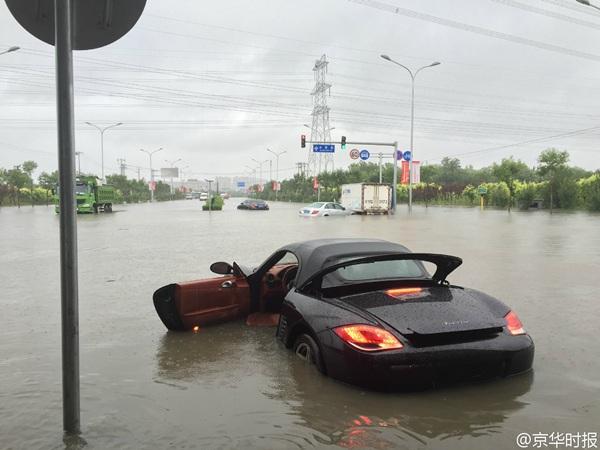 昨天,北京丰台区一处路段积水重大,汽车被泡水中。
