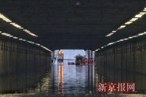 新京报快讯 2016年7月20日,北京暴雨形成莲花池东路主路地道内大面积积水,积水处最深到达1.5米,并有轿车被吞没。地道两头有两台抽水机正停止抽水。新京报记者 王飞 拍照报导