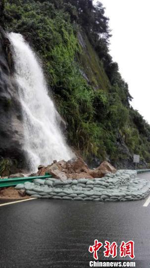 三峡专用公路塌方处 王丽伟 摄