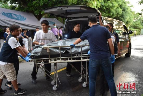 资料图:7月19日,一辆载有大陆旅行团的游览车在台湾桃园遭遇严重车祸,致包含24名大陆游客在内的26人罹难。目前,检察官已完成取证,26具罹难者遗体已被送至中坜殡仪馆。 中新社记者 徐冬冬 摄
