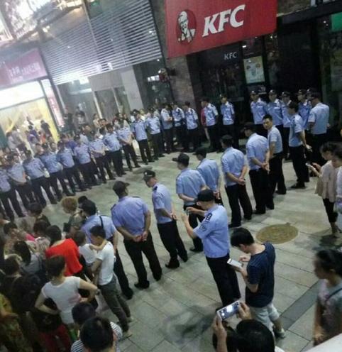 山东滕州小学生围堵肯德基 系培训机构炒作