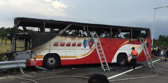 图说:台湾旅游车起火形成26人遭灾,囊括24名大陆旅客。这是7月19日拍照的事变车辆。新华社发
