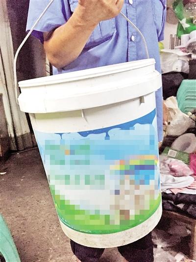 据理解,小女孩溺水身亡的那是这种桶,口径约30公分,高约40公分。