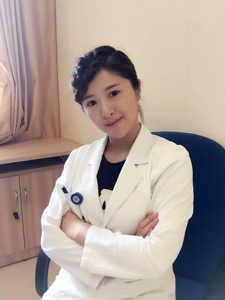 2016年7月20日报道,这名医生昨天在全国医生的朋友圈里火了。这位29岁的姑娘昨天打败了HPV疫苗在内地上市的消息,被《医学界》杂志推送放在了头条位置,几个小时的时间里,阅读量就破了10万。