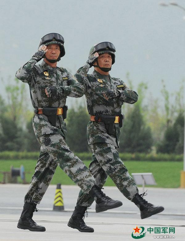 图为王秀斌少将(左)。