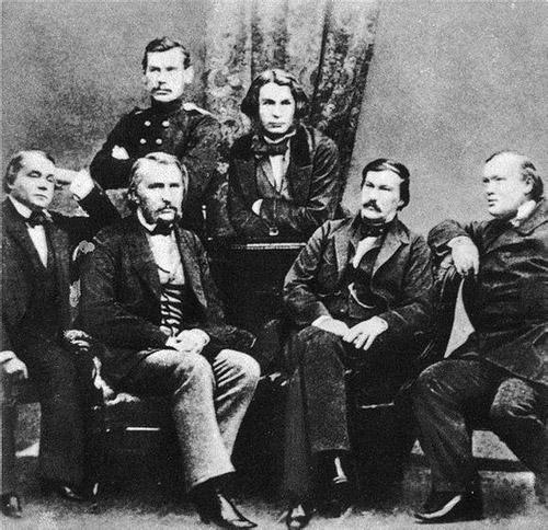 俄罗斯作家合照。Levitsky 摄,1856年2月摄于彼得堡。后排左起:托尔斯泰、格里戈罗维奇。前排左起:冈察洛夫、屠格涅夫、德鲁日宁、奥斯特洛夫斯基。