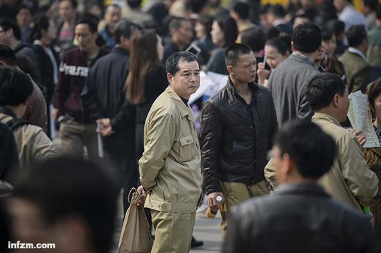 2016年3月19日,湖北省武汉市,武钢体育公园,大量前武钢职工在助推武钢转型的招聘会上寻找合适的工作岗位,部分求职者仍穿着武钢工作服。(视觉中国/图)