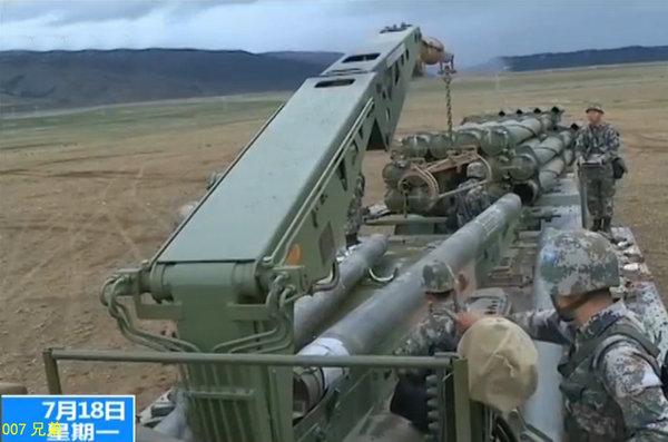图为解放军远程火箭炮精度堪比导弹。